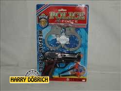 Pfeilpistole mit Handschellen auf Karte